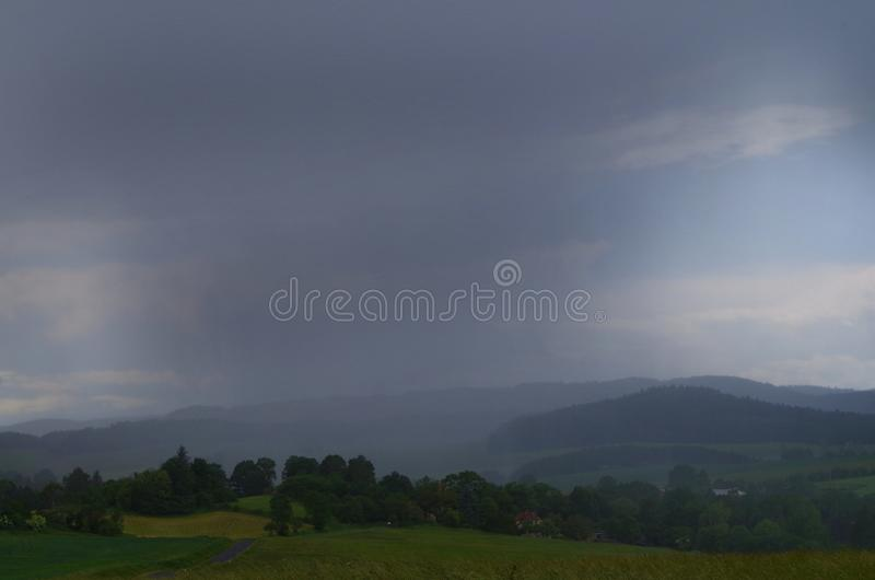 Céu cinzento acima de uma vila imagens de stock royalty free