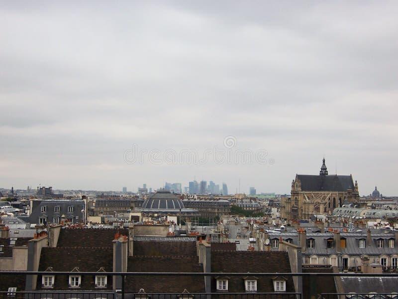 Céu cinzento sobre os telhados de Paris em um dia de mola nebuloso fotografia de stock