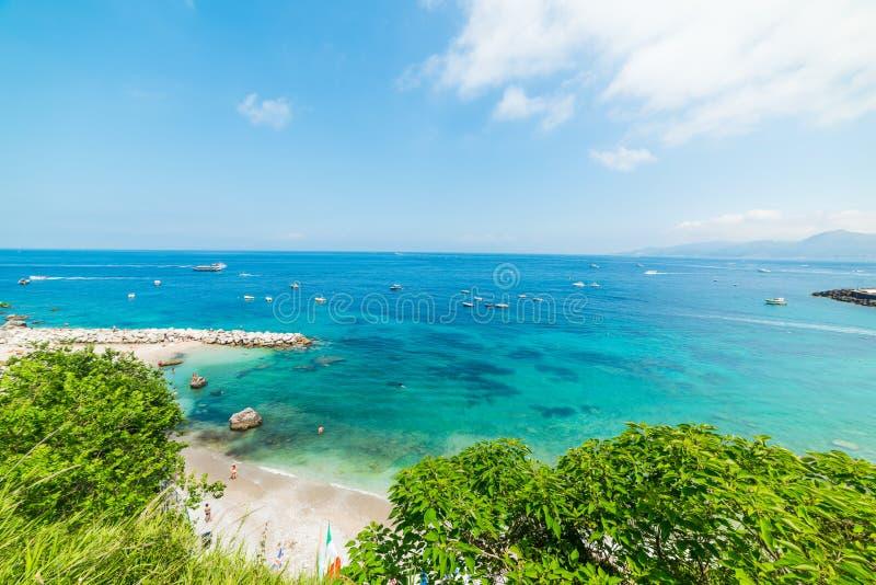 Céu claro sobre a praia mundialmente famosa de Marina Grande na ilha de Capri fotografia de stock