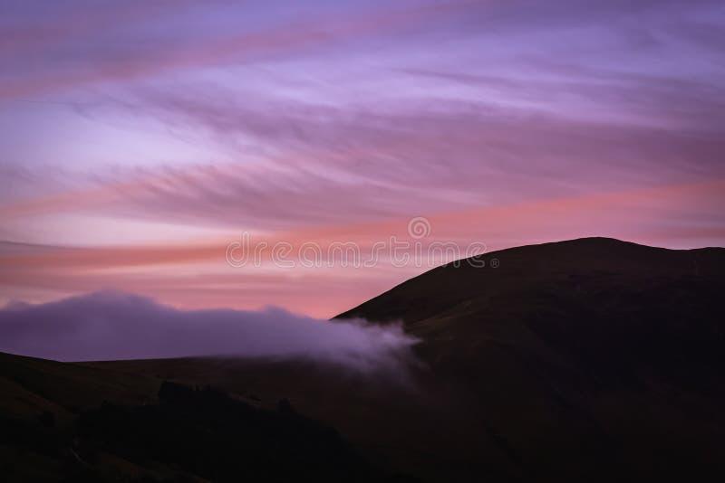 Céu colorido antes do nascer do sol no distrito inglês do lago foto de stock