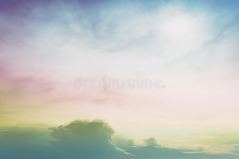 Céu colorido bonito do arco-íris com multi cor fotografia de stock