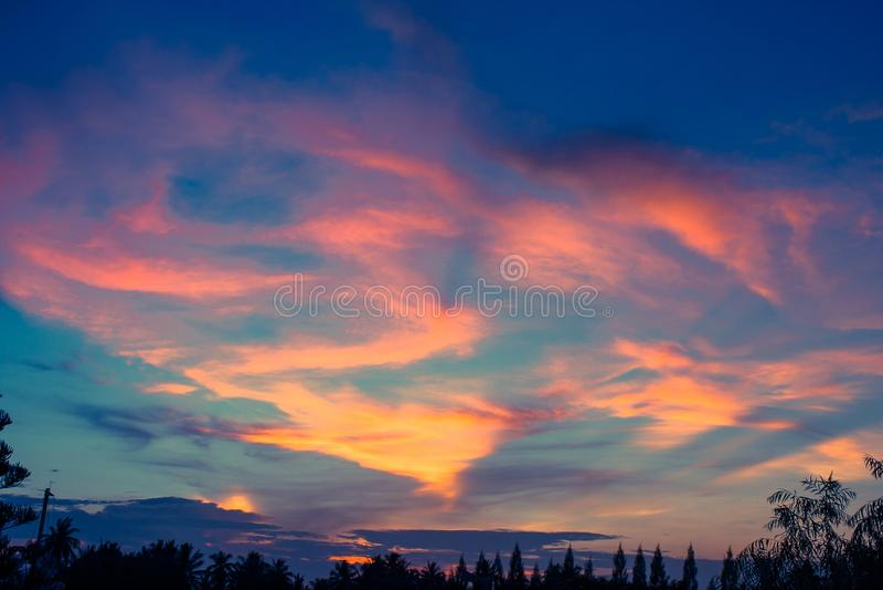 Céu colorido bonito no tempo crepuscular, luz solar do por do sol com cloudscape na noite fotos de stock