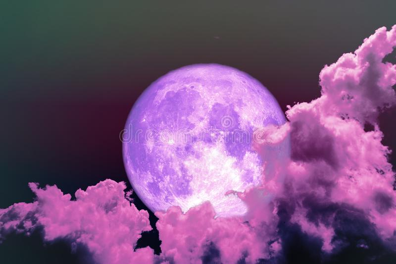 céu colorido da silhueta roxa completa super da parte traseira da lua imagens de stock royalty free