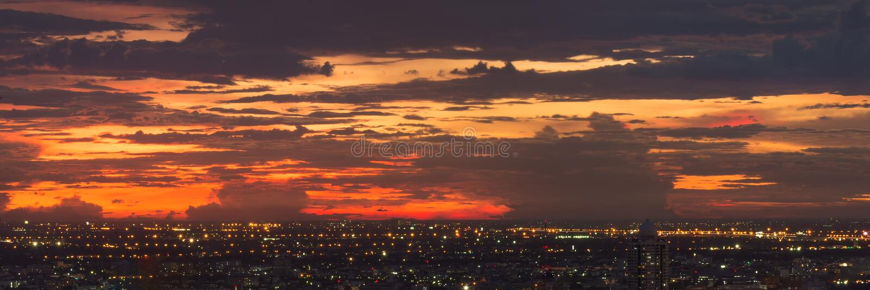 Céu colorido do por do sol sobre a cidade de Banguecoque, Tailândia fotografia de stock