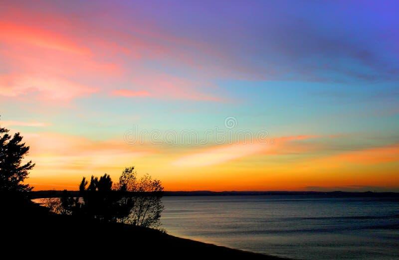 Céu colorido no lago fotografia de stock