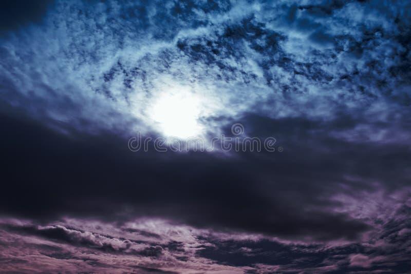 Céu colorido surpreendente com fundo nebuloso da natureza imagens de stock