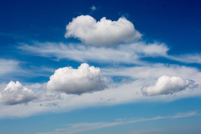 Download Céu Com As Nuvens Brancas E Azuis Foto de Stock - Imagem de clima, ambiente: 80101542
