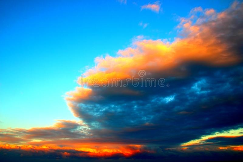Céu com as nuvens fantásticas durante o por do sol foto de stock royalty free