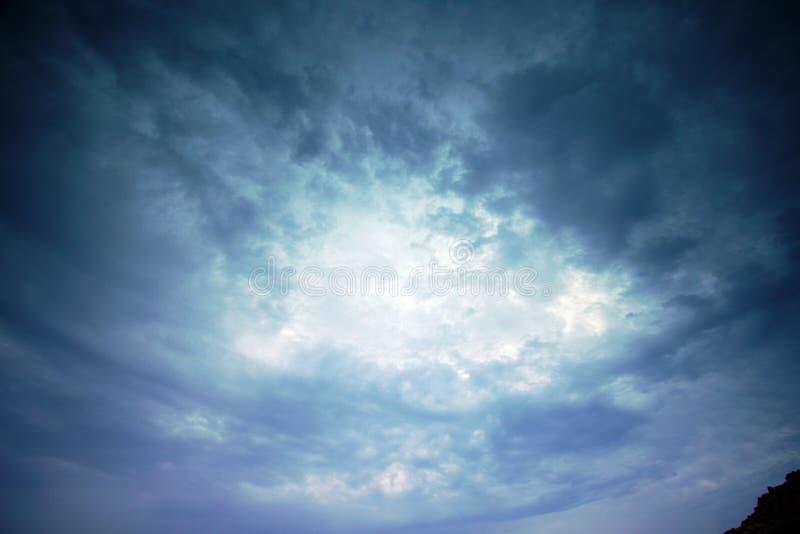 Céu com jogos das luzes e das sombras nas nuvens no por do sol em Mykonos, Grécia imagens de stock royalty free