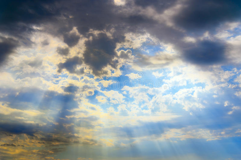 Céu com nuvens e raias do sol imagens de stock