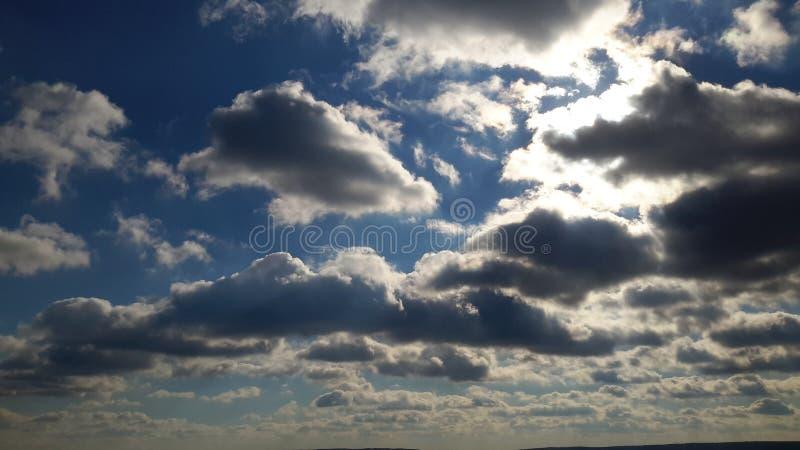 Céu com o sol escondido por nuvens foto de stock royalty free