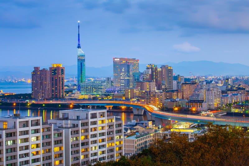 Céu crepuscular com skyline da arquitetura da cidade de Fukuoka em Japão imagem de stock