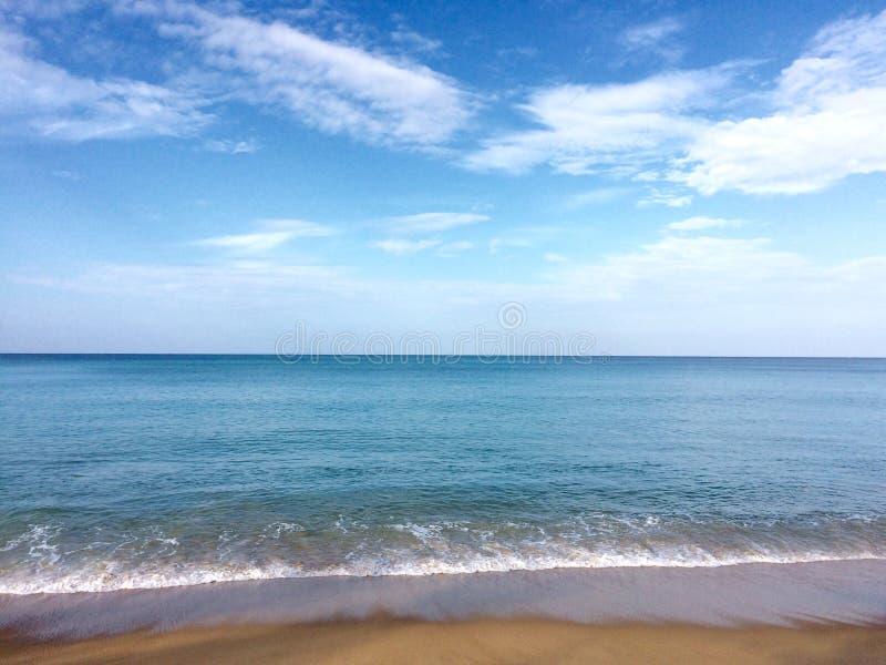 Céu da areia do mar no feriado fotografia de stock