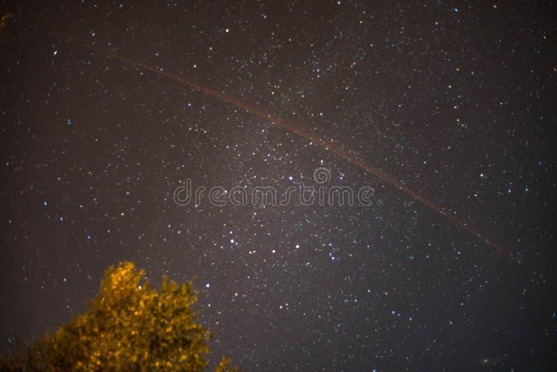 Céu da estrela na noite com uma fuga do cometa imagens de stock royalty free