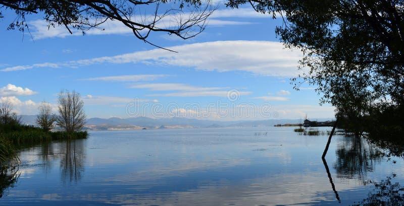 Céu da lagoa de Erhai foto de stock royalty free