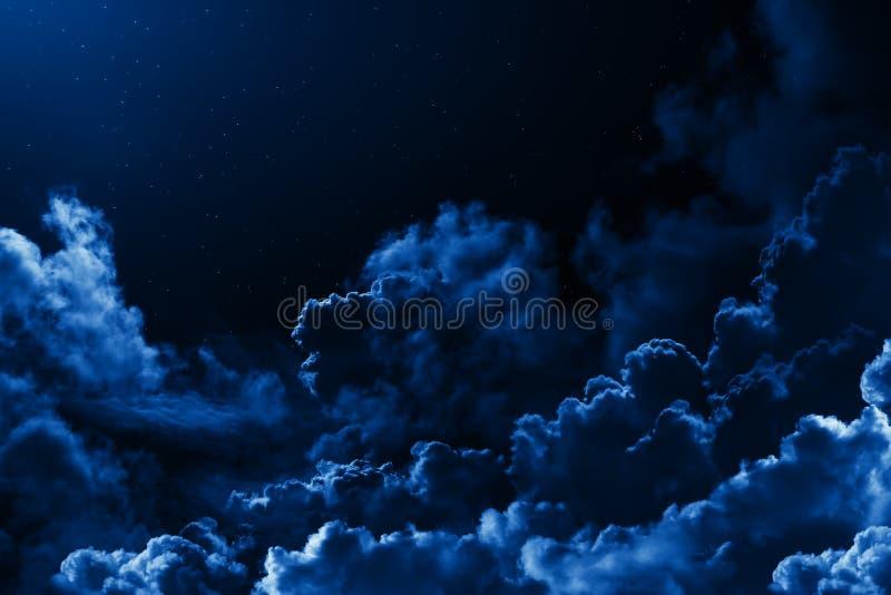 Céu da meia-noite místico com as estrelas cercadas por nuvens dramáticas Céu nebuloso estrelado da noite escura do fundo natural  foto de stock