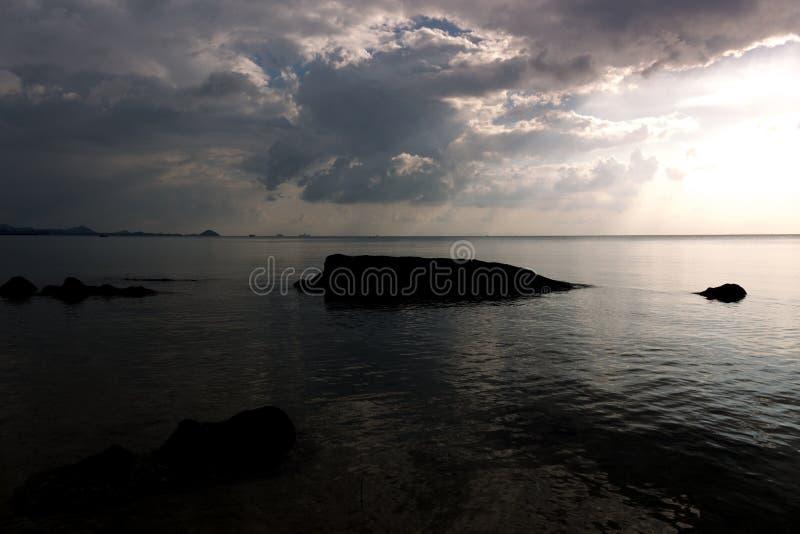 Céu da noite acima do mar antes de por do sol, temperamental, deprimido, lonel fotografia de stock