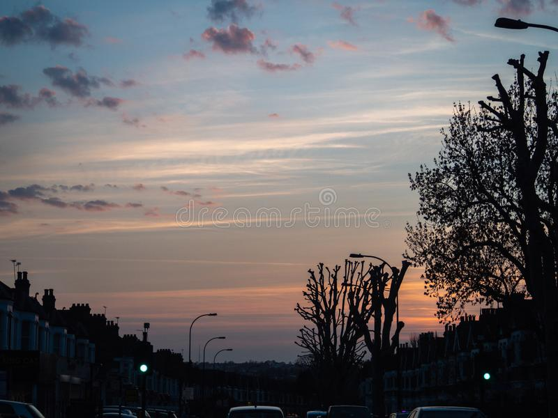 C?u da noite, ajuste do sol sobre Londres em horas de ponta imagem de stock