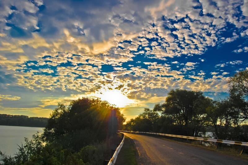 Céu da noite com nuvens em uma represa do rio foto de stock