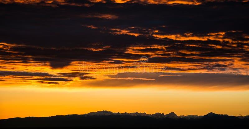Céu da reunião das montanhas fotografia de stock