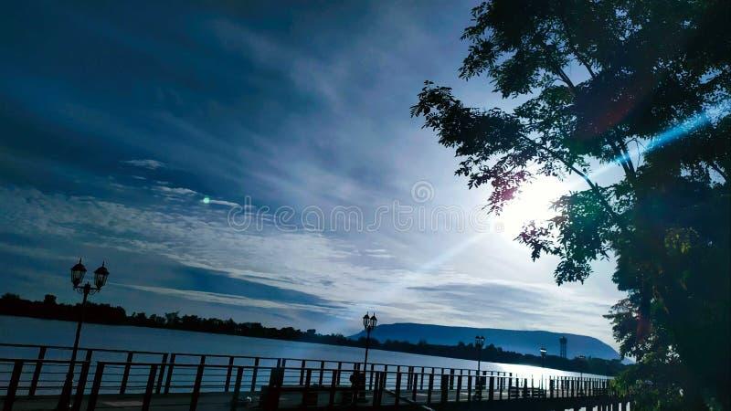 Céu da vista e rio da ponte na manhã Amphur pukeao Chaiyaphum Tailândia no 28 de julho de 2019 fotos de stock royalty free
