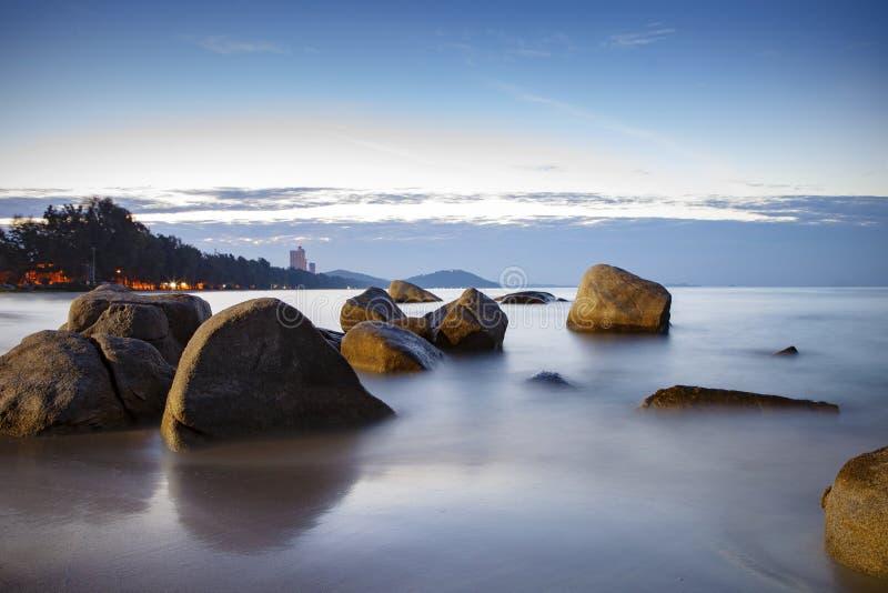 Céu de aumentação do sol bonito do scape do mar no rumphung dos mae do khaow do hin do lan fotos de stock
