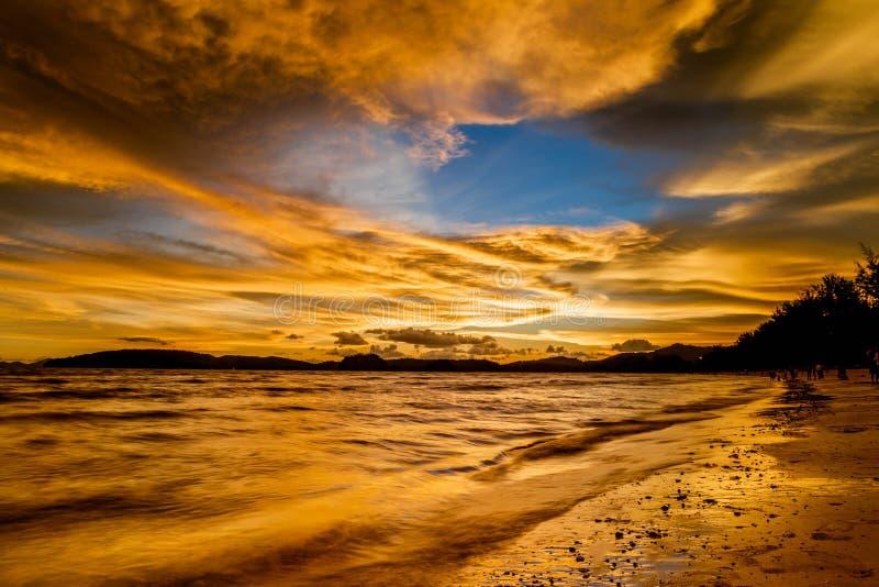 Céu de Beautyful no por do sol imagem de stock