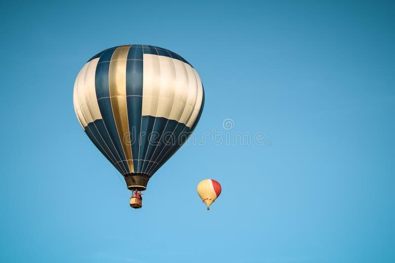 Céu de dois balões de ar quente na claro foto de stock