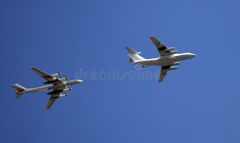Céu de reabastecimento do petroleiro de Rússia da turboélice dos aviões do símbolo do bombardeiro dos aviões fotos de stock royalty free