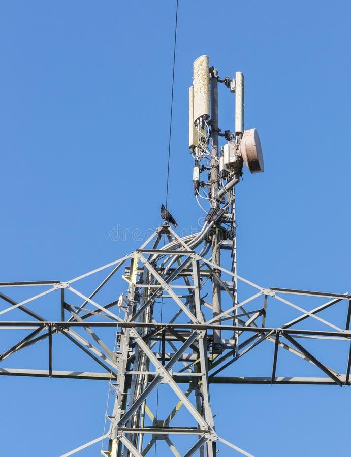 Céu de uma comunicação da torre em um fundo do céu azul e das nuvens fotografia de stock royalty free
