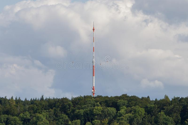 Céu de uma comunicação da torre Torre da tevê em um fundo do céu azul imagens de stock royalty free