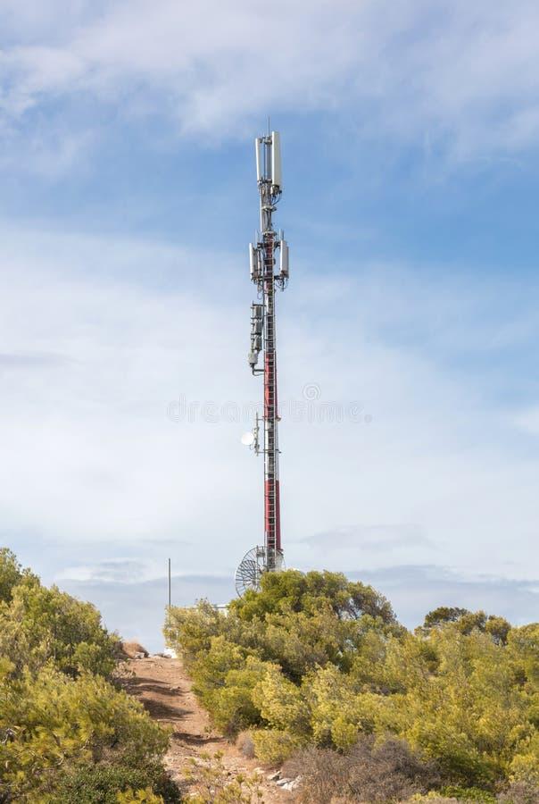 Céu de uma comunicação da torre Torre da tevê em um fundo do céu azul fotografia de stock royalty free