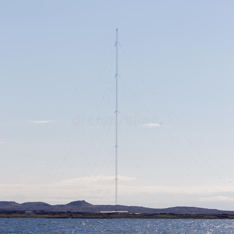 Céu de uma comunicação da torre Torre da tevê em um fundo do céu azul fotos de stock royalty free