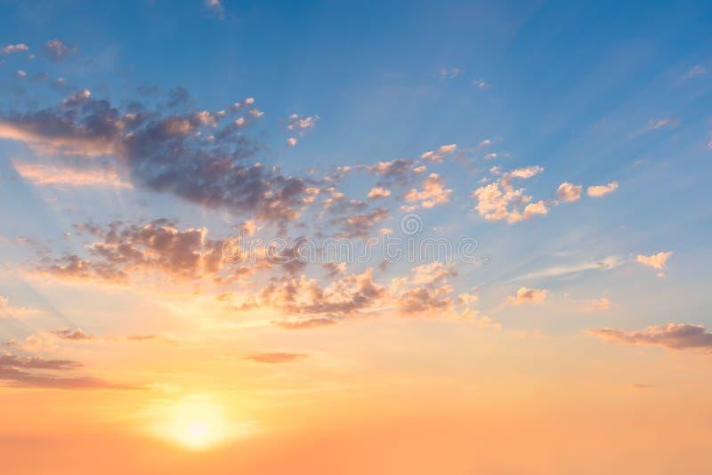 Céu delicado no nascer do sol do por do sol com sol e as nuvens reais imagens de stock