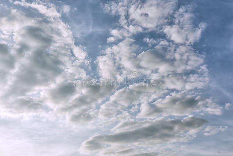 Céu do amanhecer com nuvens claras Fen?meno natural bonito Foto, fundo para disposições e locais fotografia de stock