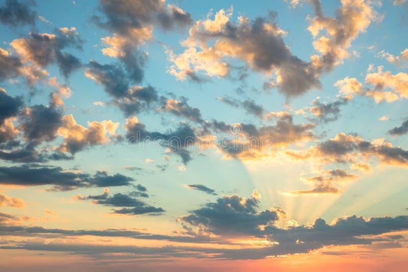 Céu do nascer do sol, cores delicadas de nuvens macias e luz do sol com raios fotos de stock