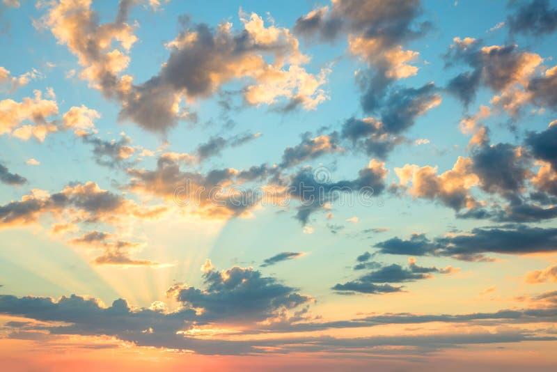 Céu do nascer do sol da luz do sol, cores delicadas de nuvens macias e luz do sol com raios fotografia de stock