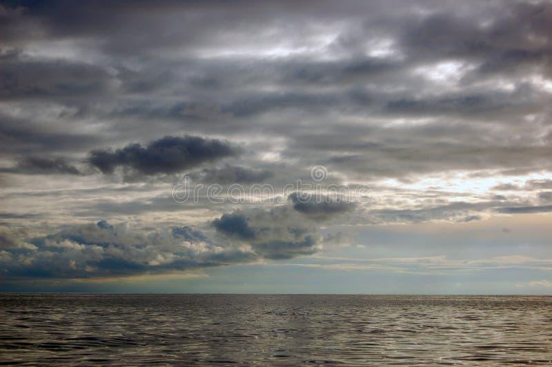 Céu do outono sobre o mar fotos de stock