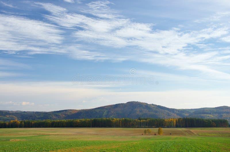 Céu do outono sobre a paisagem foto de stock