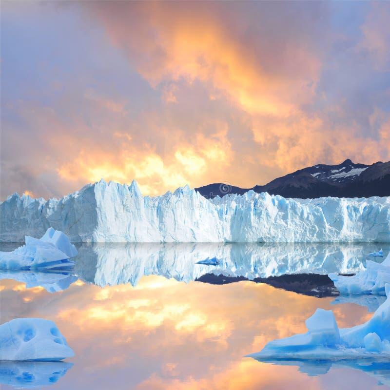 Céu do por do sol acima da geleira. fotos de stock