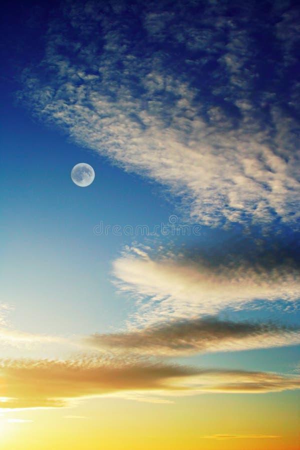 Céu do por do sol com lua fotografia de stock royalty free