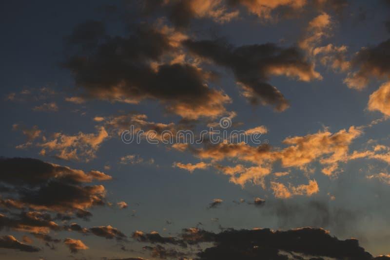 Céu do por do sol com nuvens alaranjadas fotos de stock