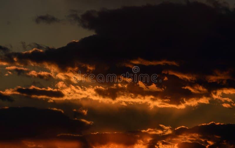 Céu do por do sol com nuvens alaranjadas foto de stock