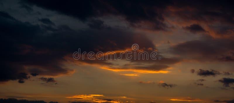 Céu do por do sol com nuvens alaranjadas imagem de stock
