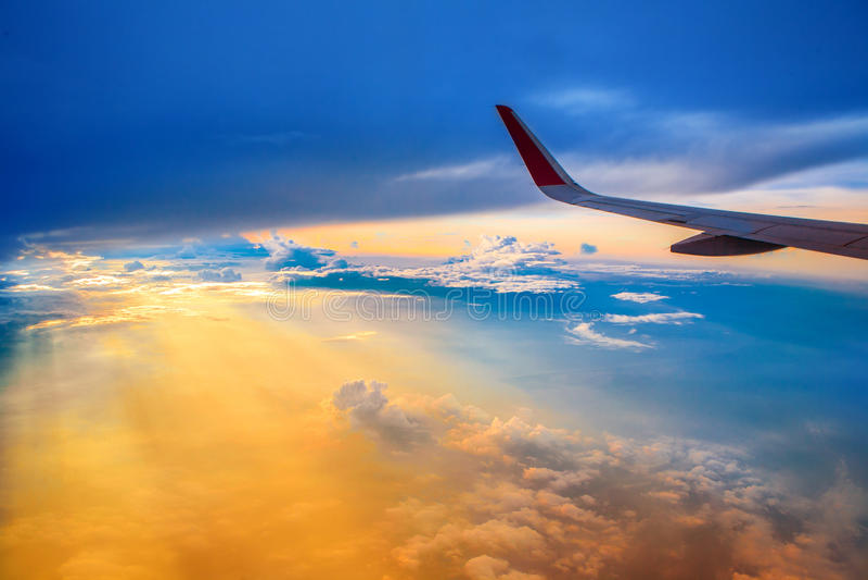 Céu do por do sol da janela do avião imagens de stock royalty free