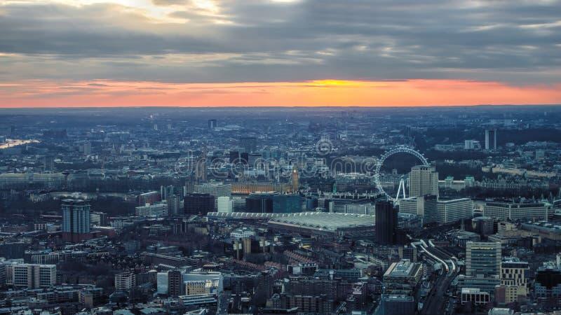 Céu do por do sol da noite de Londres Para o olho de Londres, casas do parlamento fotografia de stock royalty free