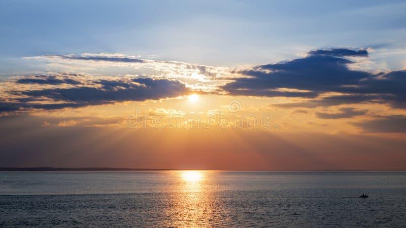 Céu do por do sol sobre o oceano foto de stock