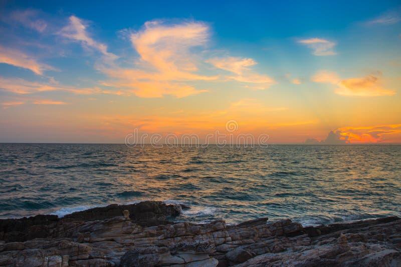 Céu do por do sol sobre o seacoast sobre a praia rochosa fotografia de stock royalty free