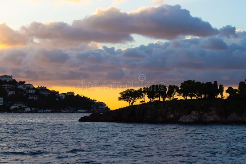 Céu do por do sol com as nuvens bonitas sobre as ilhas de Istambul imagem de stock
