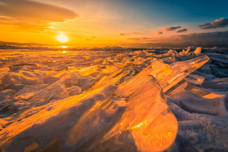 Céu do por do sol com gelo de quebra natural sobre a água congelada no Lago Baikal, Sibéria, Rússia imagem de stock royalty free